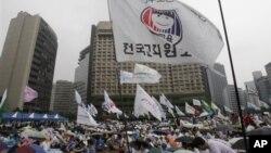 Warga Seoul menggelar unjuk rasa damai menentang kebijakan pemerintah Korsel terkait hubungan dengan Korut (12/8).