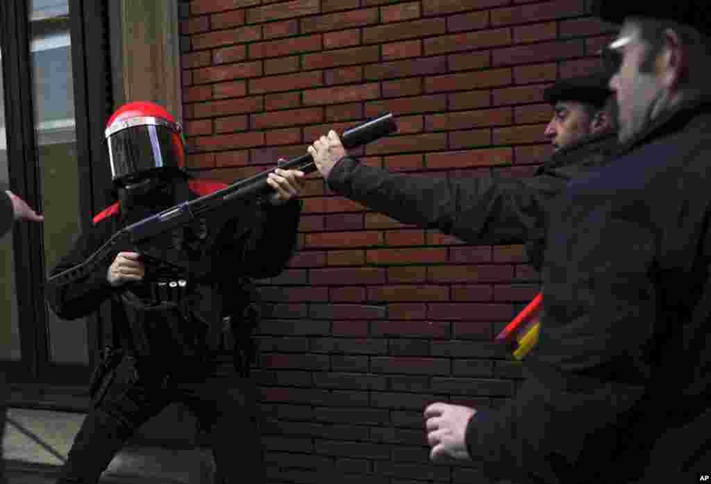 스페인 북부 팜플로나에서 긴축정책과 높아진 실직률에 항의하며 벌어진 반정부 시위. 시위대와 경찰이 충돌했다.