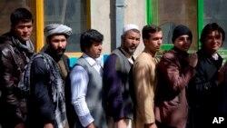 Warga Afghanistan antri di Kabul untuk memperoleh kartu pemilih bagi pilpres mendatang (18/3).