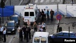فائرنگ کے بعد پولیس نے برسلز کے وسطی اور مصروف کاروباری علاقے میں قائم عجائب گھر کی طرف جانے والے راستے بند کردیے ہیں۔