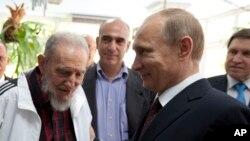 A La Havane, Vladimir Poutine (à dr.) a conféré avec Fidel Castro (Photo AP)