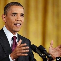 លោកប្រធានាធិបតីសហរដ្ឋអាមេរិក បារ៉ាក់ អូបាម៉ា (Barack Obama) ថ្លែងនៅក្នុងសន្នីសីទព័ត៌មានមួយនៅបន្ទប់ខាងកើត (East Room) នៃសេតវិមាន នៅរដ្ឋធានីវ៉ាស៊ីនតោនកាលពីថ្ងៃទី២៩ខែមិថុនាឆ្នាំ២០១១។