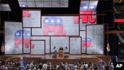 Republican ႏိုင္ငံလံုးဆုိင္ရာ ေကာ္မတီဥကၠ႒ Reince Priebus ပါတီ ညီလာခံတြင္ အဖြင့္မိန္႔ခြန္းေျပာေနစဥ္။ (၀၈၊ ၂၇၊၁၂)