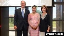 ရခုိင္အမ်ဳိးသားပါတီ (ANP) ရဲ႕ အမ်ဳိးသား လႊတ္ေတာ္ ကုိယ္စားလွယ္ မထုေမ နဲ႔ သမၼတ George Bush၊ ဇနီး Laura Bush။
