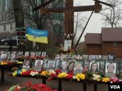 FILE - Memorials mark the spots where demonstrators were massacred during the 2014 Maidan Revolution in Kyiv. (L. Ramirez / VOA)