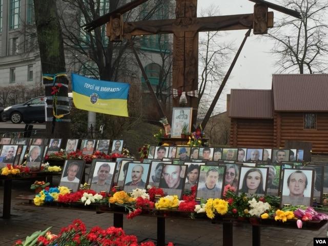 Memorials mark the spots where demonstrators were massacred during the 2014 Maidan Revolution in Kyiv. (L. Ramirez / VOA)