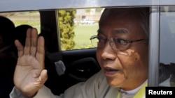 미얀마의 첫 문민 대통령에 당선된 틴 쩌 후보가 지난 15일 의회를 떠나면서 손을 흔들고 있다.