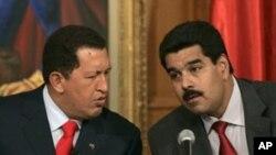Presiden Venezuela Hugo Chavez (kiri) dan Wapres Nicolas Maduro di istana presiden Miraflores, Caracas (Foto: dok).