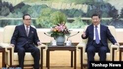 Presiden China Xi Jinping (kanan) menerima kunjungan Ri Su Yong di Beijing, Rabu (1/6).