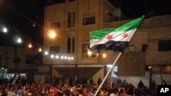 Người biểu tình Syria vẫy cờ trong 1 cuộc biểu tình chống chế độ ở Dael, tỉnh Daraa, 12/4/2012