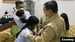 Menteri Pertahanan Prabowo Subianto hari Senin (26/4) mendatangi satu per satu keluarga ABK KRI Nanggala 402 yang gugur di Selat Bali, termasuk keluarga Dansatsel Kolonel Laut (P) Hari Setiawan. (Foto: istimewa)
