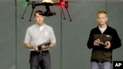 北达科他州学生在展览中操纵无人机(资料图)