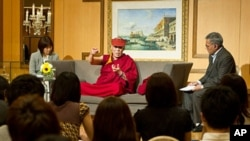 His Holiness the Dalai Lama met with over 100 University students and educators on June 24th, the first day of a four day visit to Yokohama.
