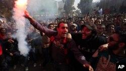 Para penggemar tim sepakbola Mesir, Klub Al-Ahly merayakan keputusan pengadilan yang menghukum mati 21 orang yang dituduh terlibat dalam kekerasan pada sebuah pertandingan sepakbola tahun lalu di Port Said yang menewaskan 74 orang, di Kairo, Mesir, 26 January 2013. (AP Photo/Khalil Hamra)