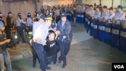 台灣抗議馬習會活動的人士被警察帶走。(視頻截圖)