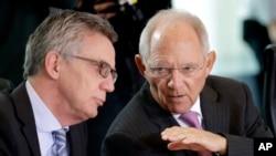 德国内政部长(左)和财政部长在交谈。(资料照片)