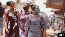 Des Togolaises portent un masque à Lomé, au Togo, le 17 avril 2020.