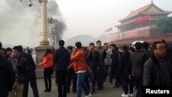 Momento en que sucede la inmolación a la entrada de la Ciudad Prohibida en la Plaza de Tiananmen , el 28 de octubre.