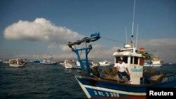 Un pêcheur espagnol manifeste en mer près de Gibraltar le 18 août 2013.