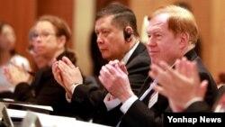 로버트 킹 미국 국무부 북한인권특사(오른쪽)가 지난 13일 서울에서 열린 인권행사에 참석했다. 킹 특사의 왼쪽으로 마르주키 다루스만 전 유엔 북한인권특별보고관, 시나 폴슨 유엔 북한인권서울사무소장이 함께 박수치고 있다.
