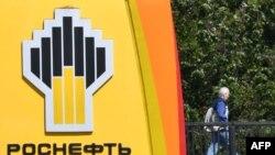 Logo Rosneft, perusahaan minyak raksasa milik pemerintah Rusia di sebuah pom bensin di Moskow, 28 Juni 2017. (Foto: AFP)