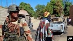 Un soldat français assure la sécurité à la périphérie de Diabaly, à quelques 460kms au nord de la capitale Bamako, Mali, 21 janvier 2013.