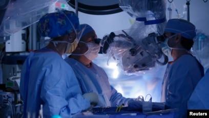 Một thiết bị điện tử đã được cấy vào cột sống của những người đàn ông, giúp tăng cường tín hiệu truyền từ não tới chân của họ. (Ảnh minh họa)