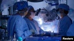 La tecnología médica podría permitir a los doctores realizar cirugías mientras observan una imagen en tercera dimensión de la anatomía del paciente.