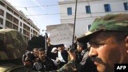 Người biểu tình hò hét kêu gọi đảng cầm quyền RDC của cựu tổng thống Zine el-Abidine Ben Ali rời chức