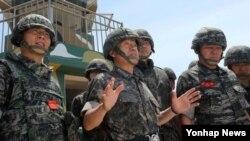 최윤희 한국 합참의장(가운데)이 4일 서해 최북단 해병대 연평부대를 방문해 293전탐감시대에서 발언을 하고 있다.
