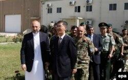 Cố vấn An ninh Quốc gia Afghanistan Hanif Atmar (trái) và Đại sứ Trung Quốc Diêu Kính trong buổi tiếp nhận viện trợ quân sự của Trung Quốc cho Afghanistan ngày 3/7/2016.