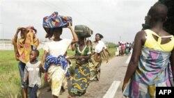 Thường dân chạy trốn bạo động ở Abidjan, ngày 24/2/2011