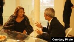 រូបឯកសារ៖ លោកស្រី Zaha Hadid ស្ថាបត្យករដ៏ល្បីល្បាញ ជាតិអង់គ្លេសដើមកំណើតអ៊ីរ៉ាក់ និយាយជាមួយលោក ឆាំង យុ នាយកមជ្ឈមណ្ឌលឯកសារកម្ពុជា នៅក្នុងការបង្ហាញប្លង់វិទ្យាស្ថានស្លឹករឹត ដែលរចនាដោយលោកស្រី នៅឯវិចិត្រសាលរបស់លោកស្រី Zaha Hadid នៅក្នុងទីក្រុងឡុងដ៍ នៅថ្ងៃទី៩ ខែតុលា ឆ្នាំ២០១៤។
