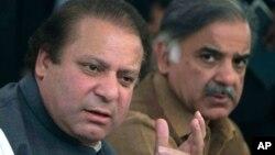 PM Pakistan Nawaz Sharif (kiri) memberikan konferensi pers di Lahore, Pakistan, Selasa (5/4).