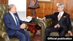 Thứ trưởng Ngoại giao Ấn Độ Subrahmanyam Jaishankar (phải) họp với người đồng nhiệm phía Pakistan, Aizaz Ahmed Chaudry tại Islamabad, ngày 3/3/2015.