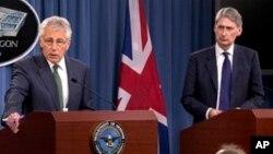 Menhan AS Chuck Hagel (kiri) dan Menhan Inggris Philip Hammond memberikan konferensi pers di Pentagon, antara lain membahas soal Suriah (2/5).