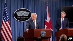 5月2日美国国防部长哈格尔与英国国防大臣哈蒙德在五角大楼会谈后一起参加记者会