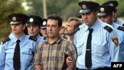 Архив 2006 года. Тбилиси: грузинские полицейские экскортируют двух арестованных российских шпионов.