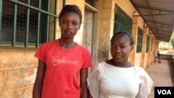 Elizabeth Issa (à gauche) se tient avec une autre étudiante en dehors d'une école proposant des cours pour les femmes enceintes et jeunes mamans à Freetown, Sierra Leone, le 22 février 2016. (Photo: Nina deVries pour VOA)
