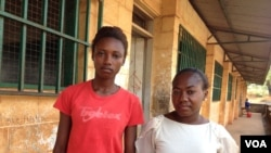 Elizabeth Issa (esquerda) e sua colega, Freetown, Serra Leoa