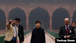 인도를 국빈방문중인 박근혜 대통령이 17일 오후(현지시간) 뉴델리 근교의 '레드 포트' 왕궁을 방문, 궁내를 둘러보고 있다. 레드 포트는 17세기 무굴제국 시대에 지어진 왕궁이다.