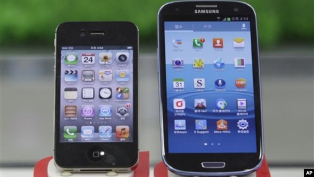 Samsung Electronics' Galaxy S III (R) and Apple's iPhone 4S are displayed at a mobile phone shop in Seoul, South Korea, August 24, 2012.