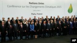 Para pemimpin negara-negara di dunia berfoto di depan mimbar COP21, KTT Perubahan Iklim di Le Bourget, luar Paris, (30/11).