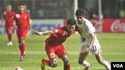 Pemain timnas Indonesia, Hamka Hamsah berebut bola dengan pemain Bahrain Ismaeel Abdullatif Ismaeel (kanan) dalam pertandingan kualifikasi Piala Dunia 2014 di GBK Senayan (6/9).