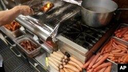 WHO mengatakan, makan daging olahan seperti sosis dan hotdog setiap hari bisa memicu kanker (foto: ilustrasi).