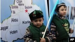 生活在土耳其的維吾爾兒童同父母一道參加在中國駐安卡拉大使館外舉行的示威,抗議中國政府的新疆政策。(2014年2月5日)