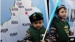 生活在土耳其的维吾尔儿童同父母一道参加在中国驻安卡拉大使馆外举行的示威,抗议中国政府的新疆政策。(2014年2月5日)
