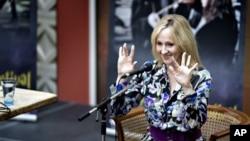 Penulis Inggris J.K. Rowling saat dianugerahi Hans Christian Andersen Award pada 2010. (Foto: Dok)