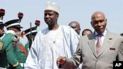 Abdoulaye Wade (à dr.) au sommet spécial de la CEDEAO, le 7 déc. 2010, au Nigéria