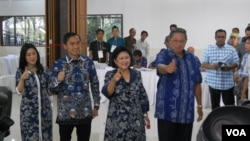 Presiden Susilo Bambang Yudhoyono beserta keluarga, Rabu (9/4) usai menyalurkan hak suaranya di TPS 6 desa Nagrak Gunung Putri Bogor. (VOA/Andylala Waluyo)